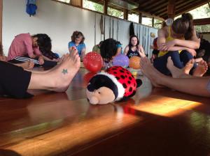 Aula de Yoga para Crianças durante a Formação de Professores de Yoga Integrativa 2014 - clique aqui